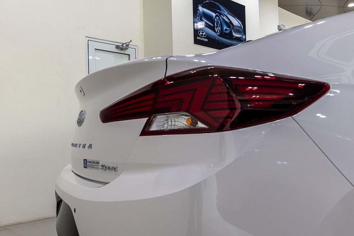 Đánh giá xe Hyundai Elantra 2019: Cánh gió đuôi liền mạch với cửa cốp.