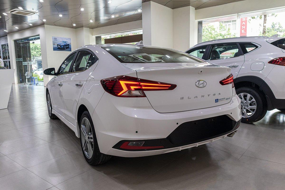Đánh giá xe Hyundai Elantra 2019: Đuôi xe.