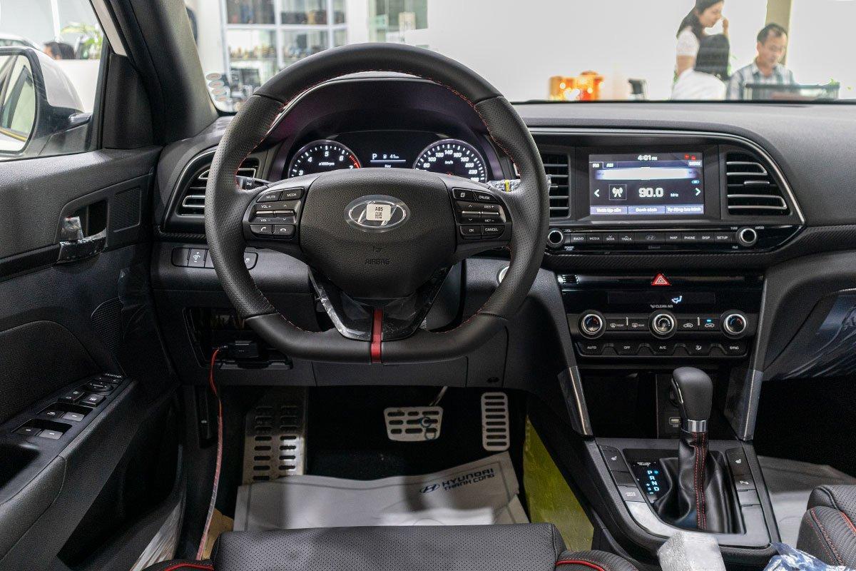 Đánh giá xe Hyundai Elantra 2019: Vô-lăng.