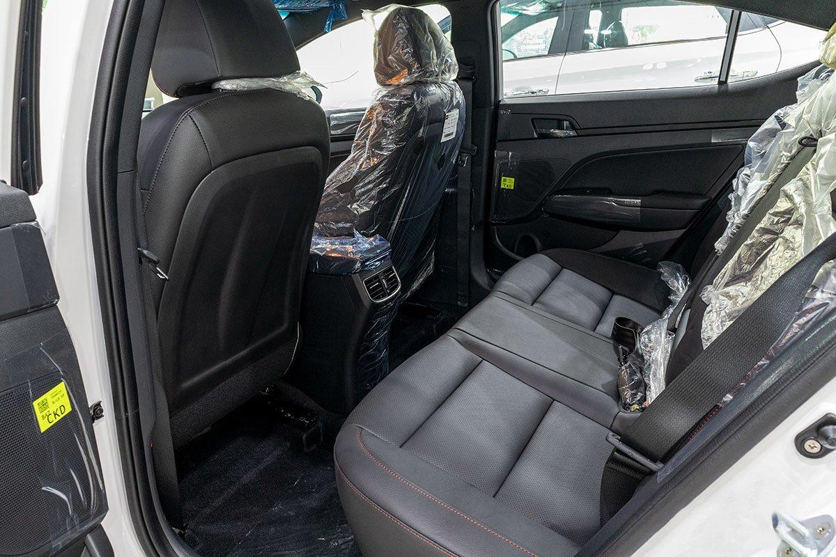 Đánh giá xe Hyundai Elantra 2019: Hàng ghế sau.