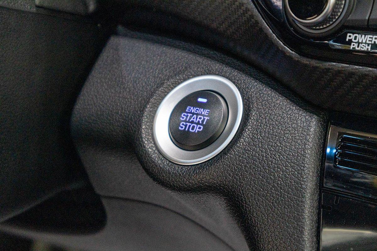 Đánh giá xe Hyundai Elantra 2019: Nút bấm khởi động.