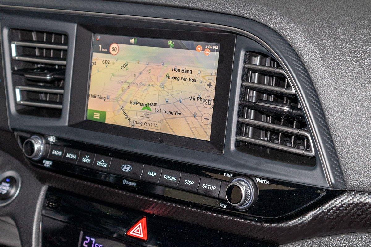 Đánh giá xe Hyundai Elantra 2019: Màn hình cảm ứng thích hợp Apple CarPlay, bản đồ định vị.