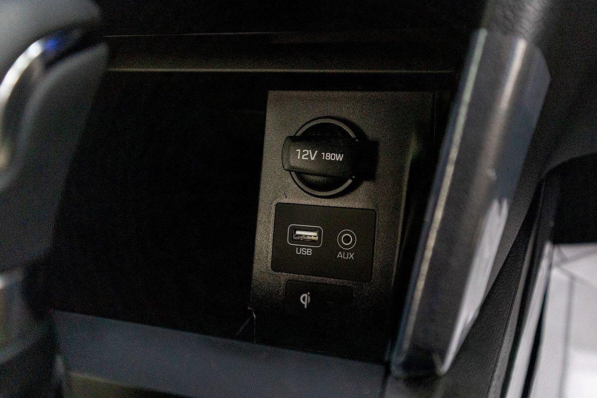 Đánh giá xe Hyundai Elantra 2019: Sạc không dây và cổng kết nối thiết bị ngoại vi.