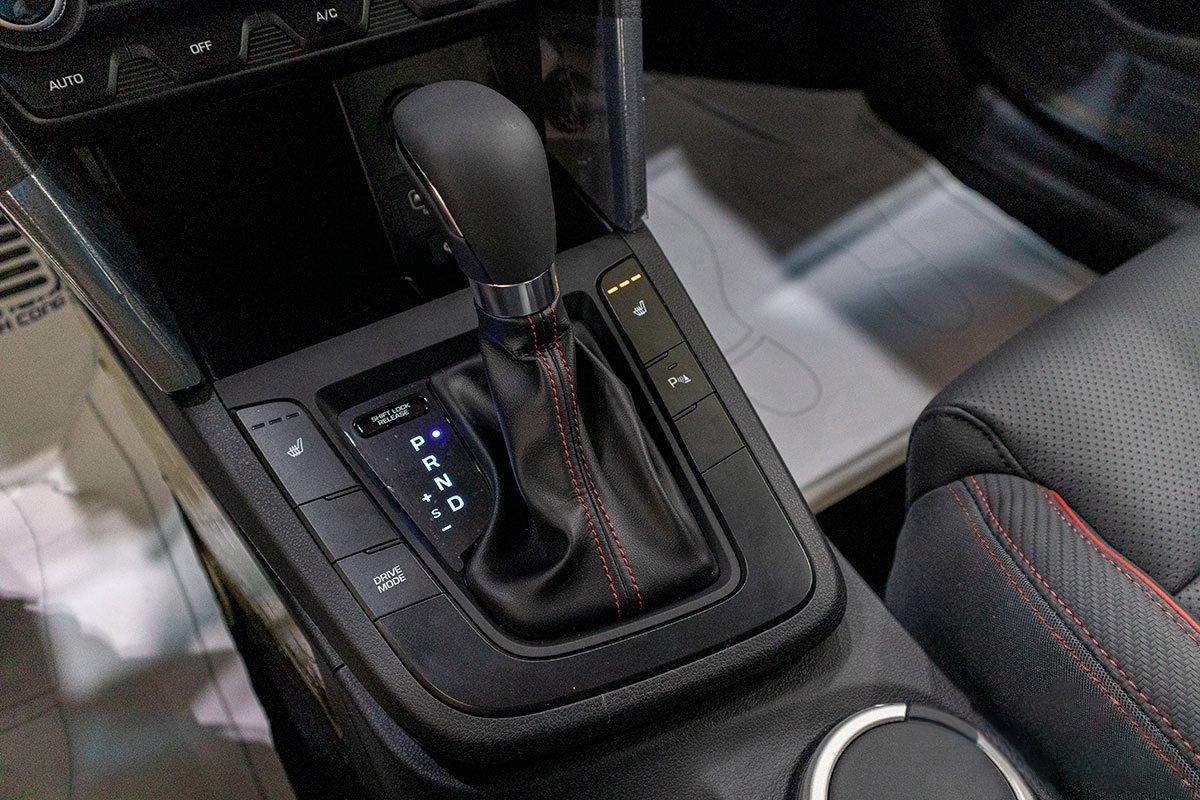 Đánh giá xe Hyundai Elantra 2019: Hộp số tự động 6 cấp.
