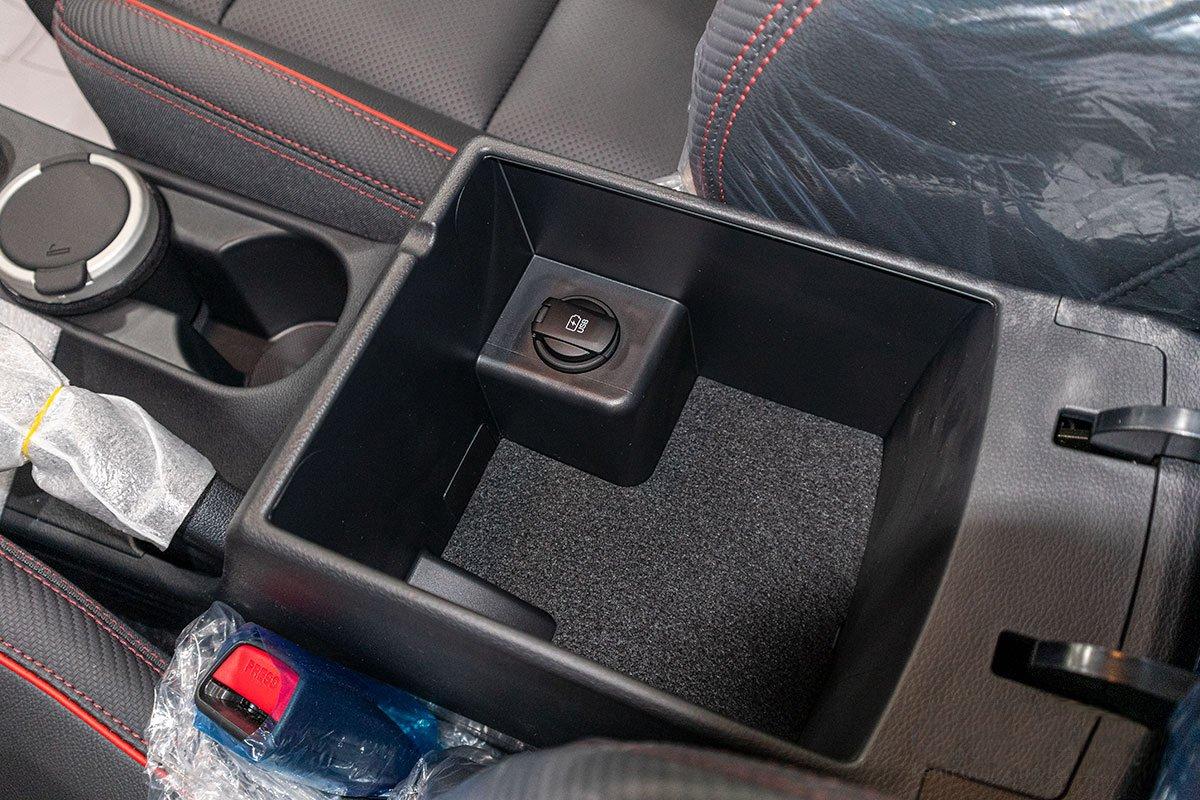 Đánh giá xe Hyundai Elantra 2019: Hốc chứa đồ.