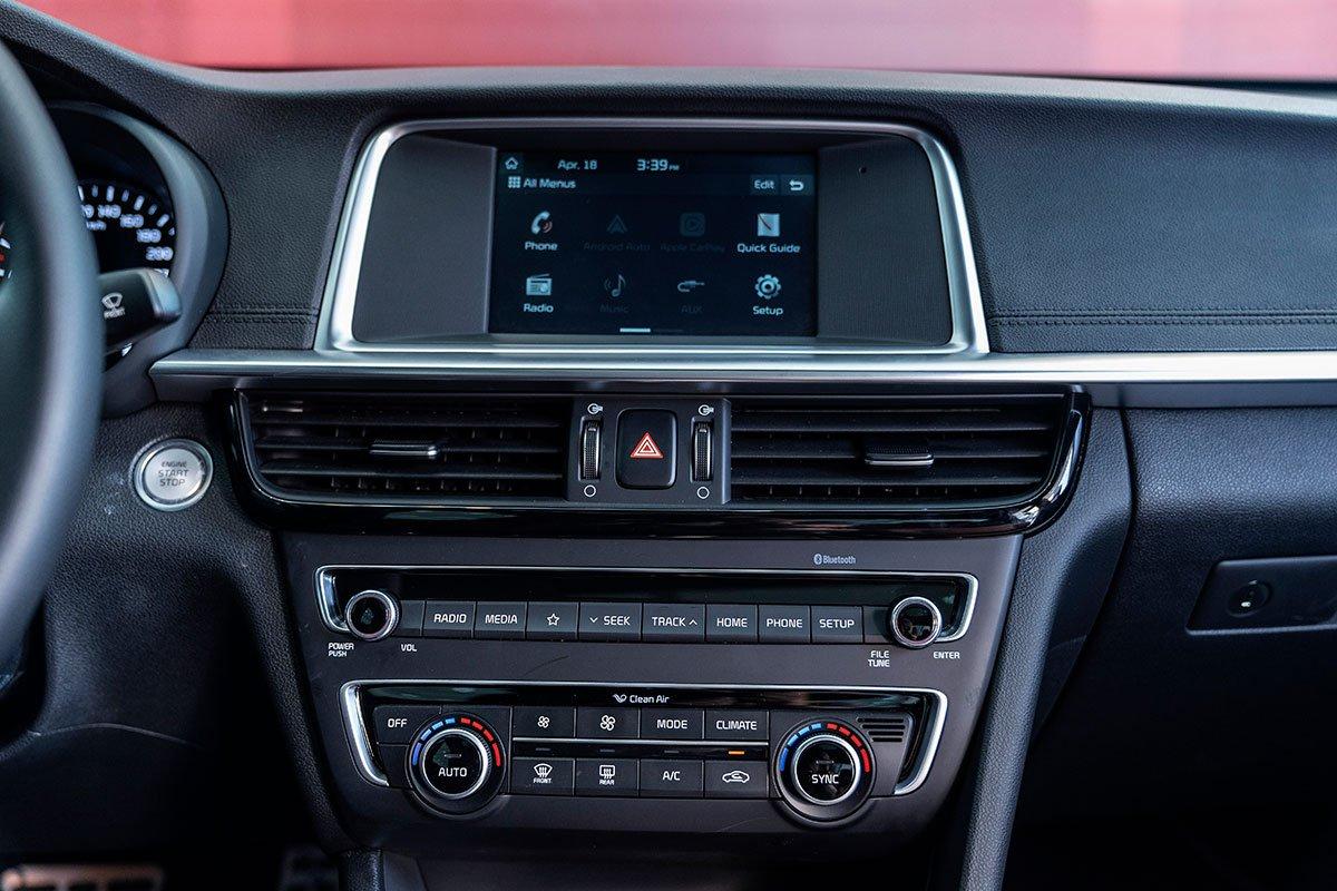 Đánh giá xe Kia Optima 2019: Bảng điều khiển trung tâm