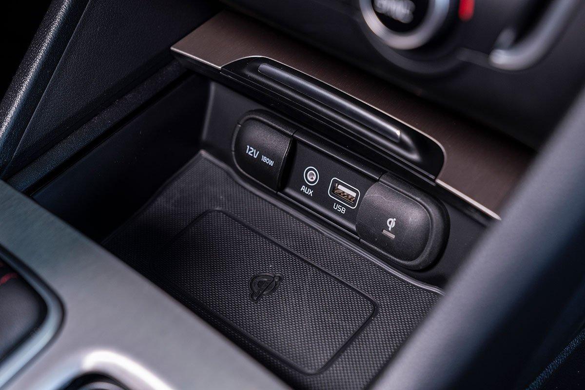 Đánh giá xe Kia Optima 2019: Sạc không dây.