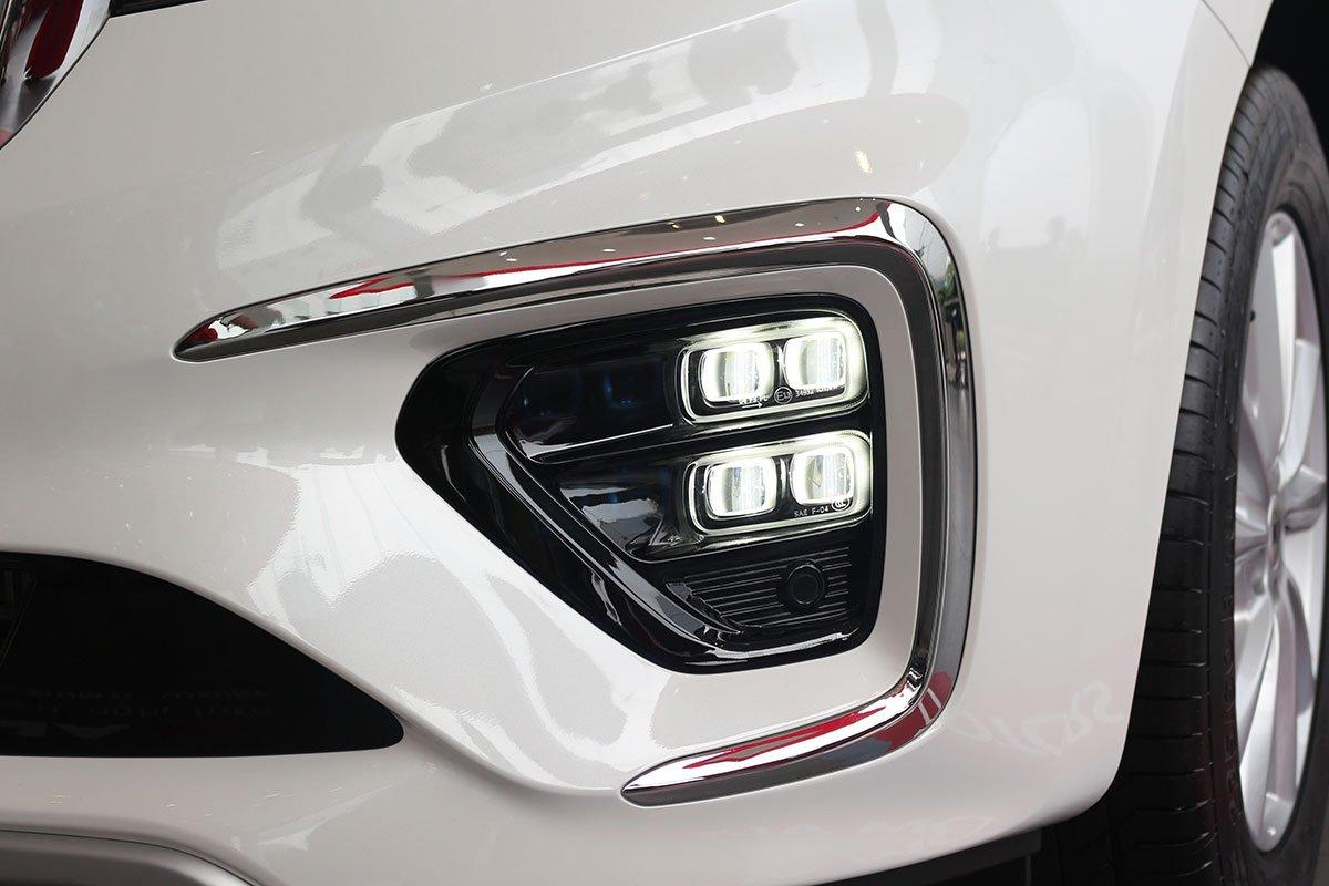 Đánh giá xe Kia Sedona Luxury D 2019: Cụm đèn sương mù với chùm 4 bóng LED.