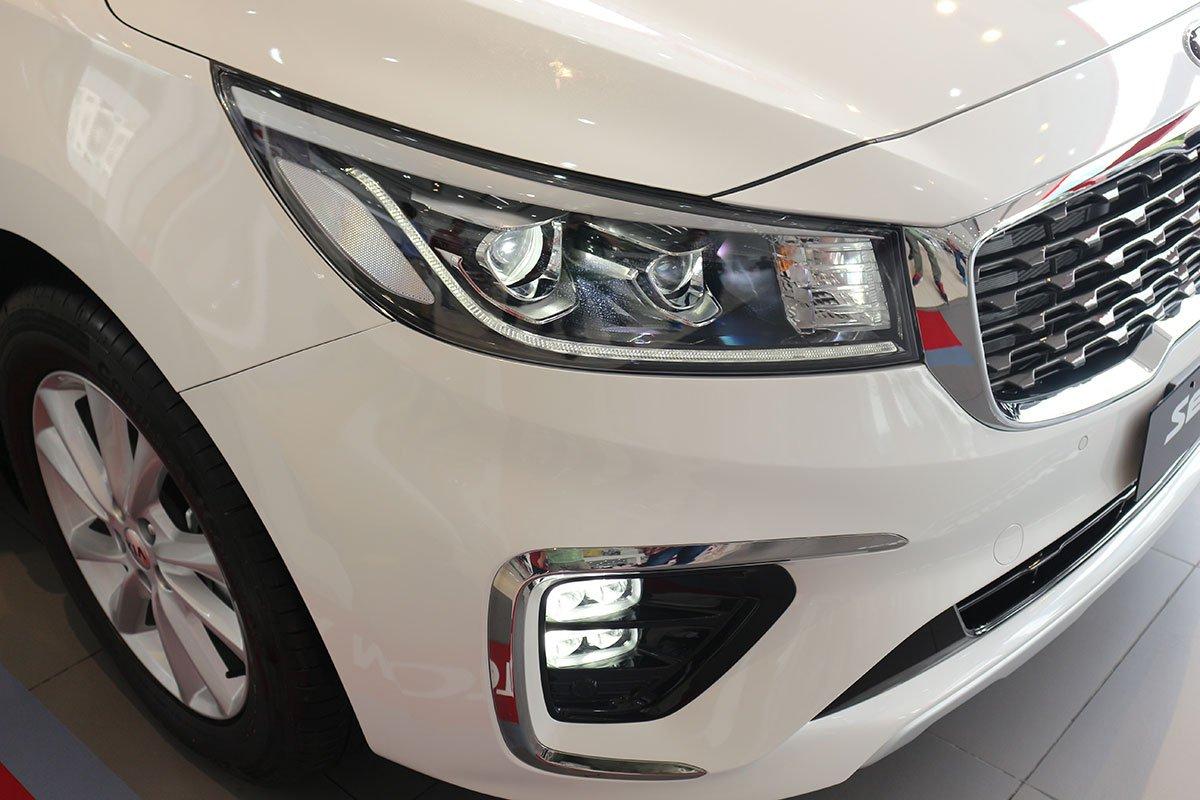 Đánh giá xe Kia Sedona Luxury D 2019: Cụm đèn pha Bi-LED mới.