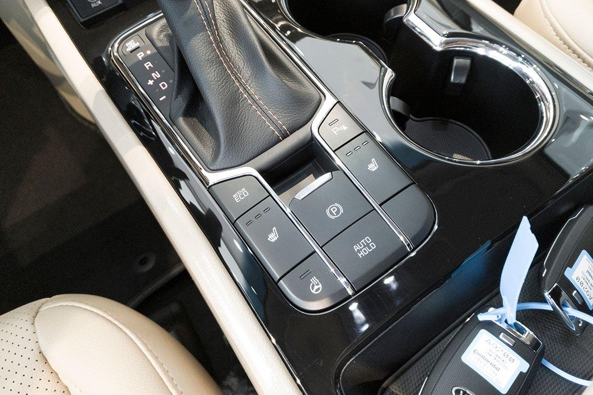 Đánh giá xe Kia Sedona Luxury D 2019: Phanh tay điện tử có thêm tính năng giữ phanh tự động Auto Hold.