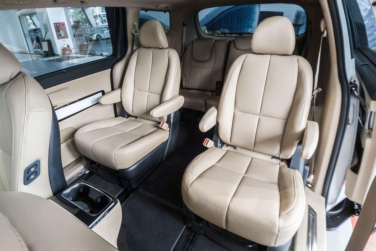Đánh giá xe Kia Sedona Luxury D 2019: Hàng ghế thứ 2 tách biệt.