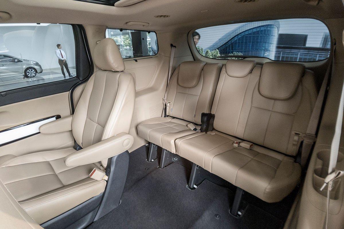 Đánh giá xe Kia Sedona Luxury D 2019: Hàng ghế thứ 3 gập theo tỉ lệ 60:40.
