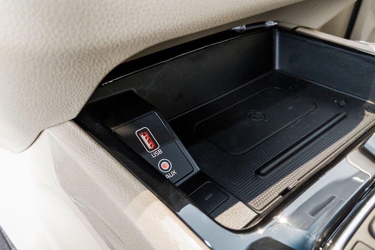 Đánh giá xe Kia Sedona Luxury D 2019: Sạc không dây chuẩn Qi đã có mặt trên mẫu xe này.