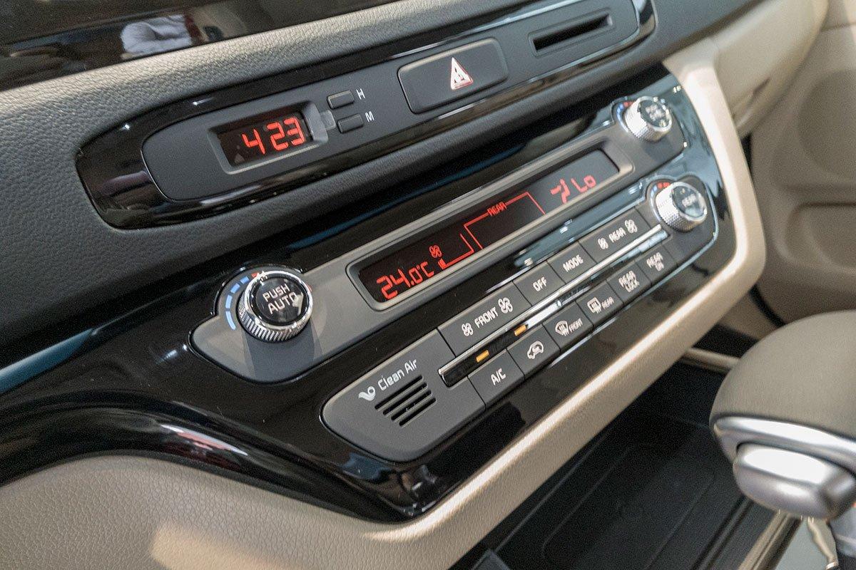 Đánh giá xe Kia Sedona Luxury D 2019: Điều hoà 2 vùng độc lập cho hàng ghế lái.