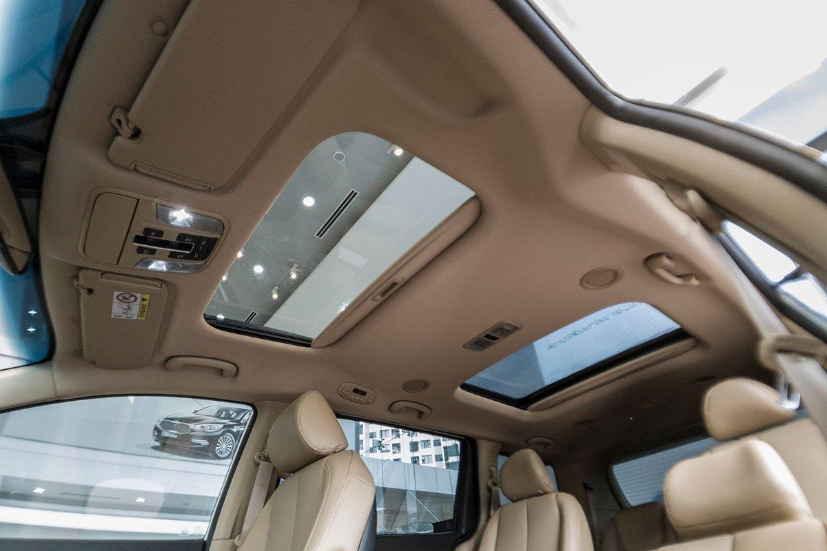 Đánh giá xe Kia Sedona Luxury D 2019: Cửa sổ trời kép.