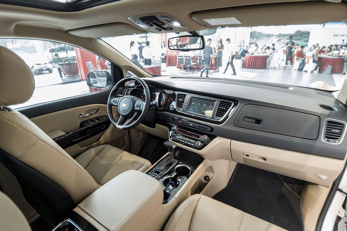 Đánh giá xe Kia Sedona Luxury D 2019: Ghế lái chỉnh điện 12 hướng tích hợp nhớ 2 vị trí.