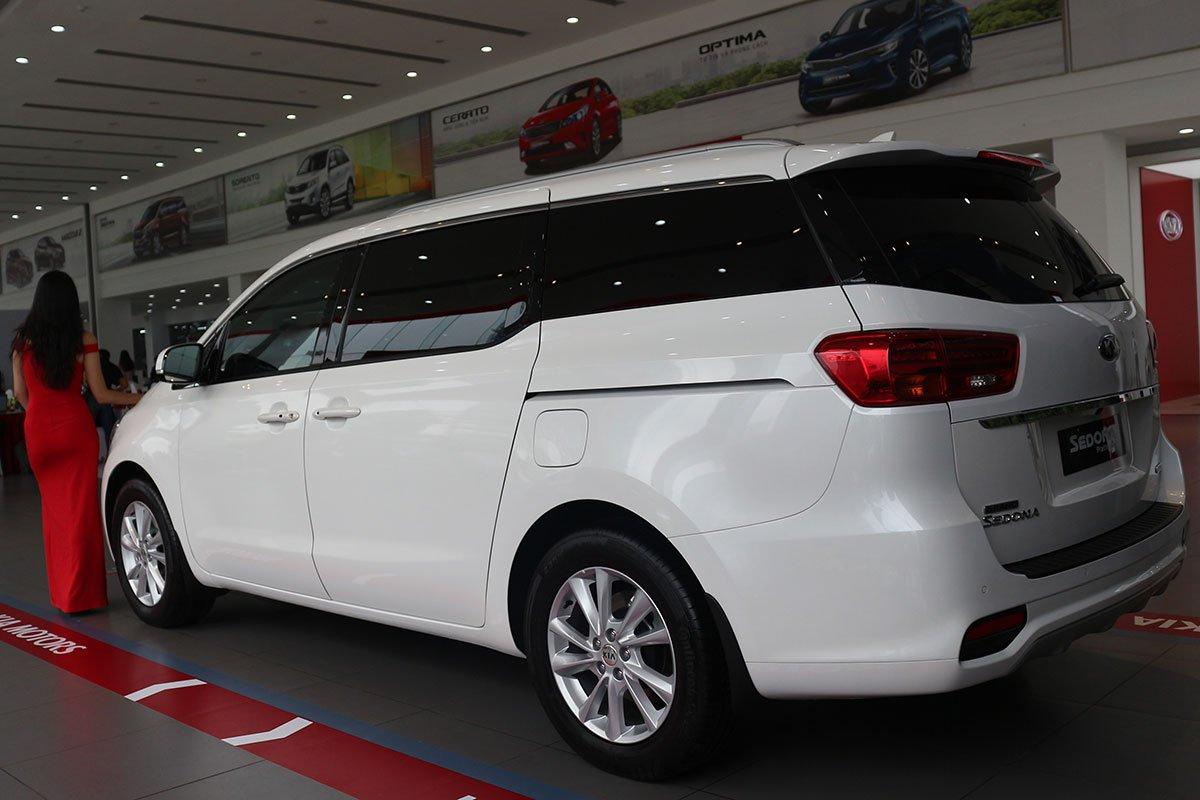 Đánh giá xe Kia Sedona Luxury D 2019: Đuôi xe được tinh chỉnh nhẹ ở cụm đèn hậu và cản sau.