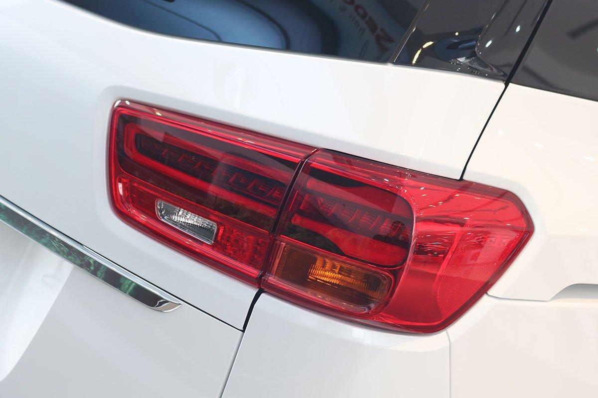 Đánh giá xe Kia Sedona Luxury D 2019: Cụm đèn hậu LED được làm mới.