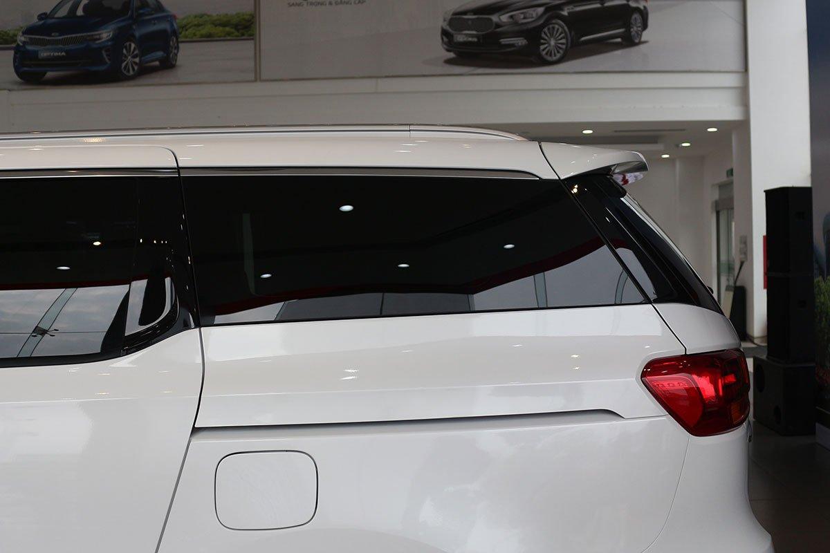 Đánh giá xe Kia Sedona Luxury D 2019: Cửa kính phía sau được sơn đen để đảm bảo sự riêng tư cho hành khách.