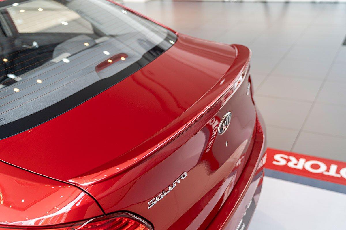 Đánh giá xe Kia Soluto 2019: Cánh gió đuôi tăng tính thể thao.