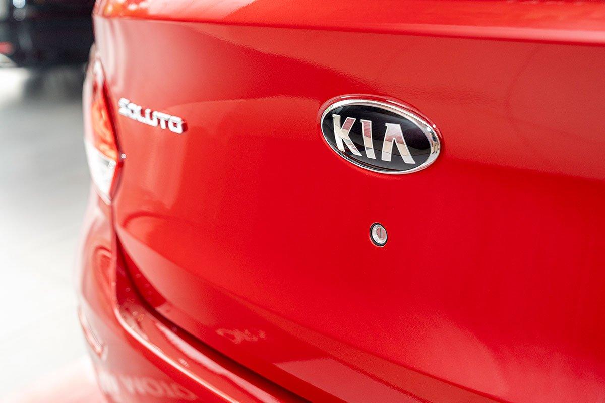 Đánh giá xe Kia Soluto 2019: Cốp sau phải mở bằng chìa khoá từ bên ngoài.