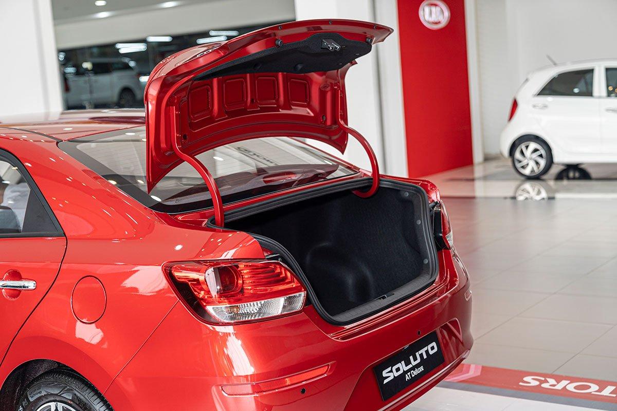 Đánh giá xe Kia Soluto 2019: Nắp cốp tự động bật lên khi mở.