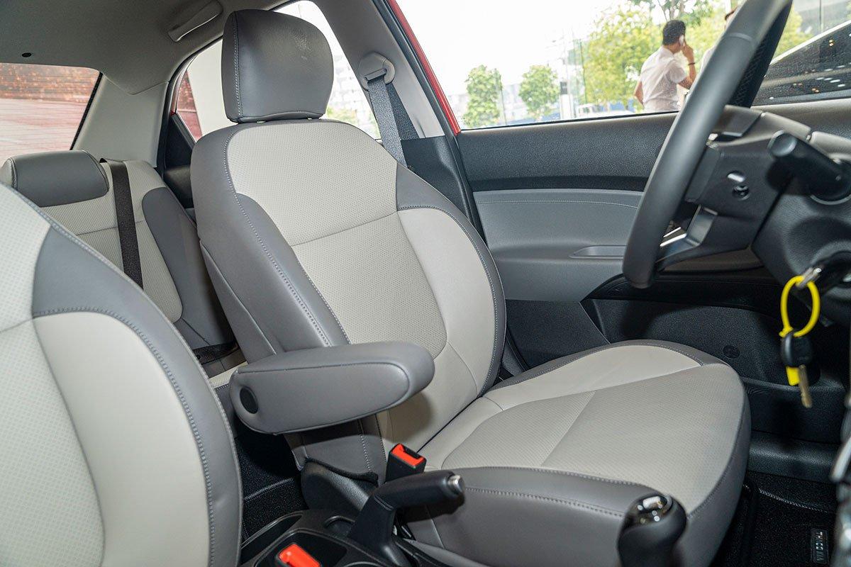 Đánh giá xe Kia Soluto 2019: Ghế lái có thêm tựa tay giảm thiểu sự mệt mỏi cho người điều khiển.