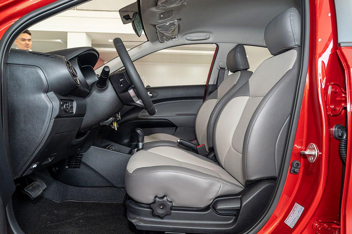 Đánh giá xe Kia Soluto 2019: Ghế ngồi được thiết kế 2 tông màu xám và be.