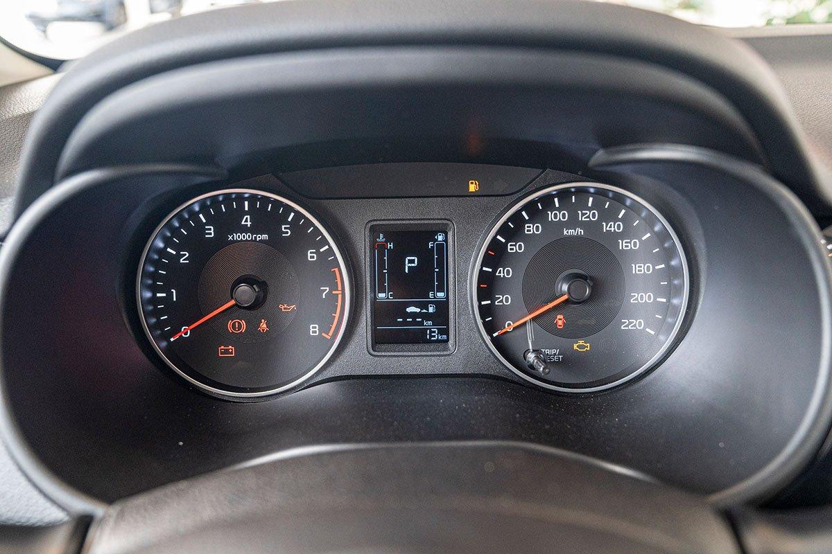 Đánh giá xe Kia Soluto 2019: Bảng đồng hồ thiết kế tối ưu cho việc quan sát.