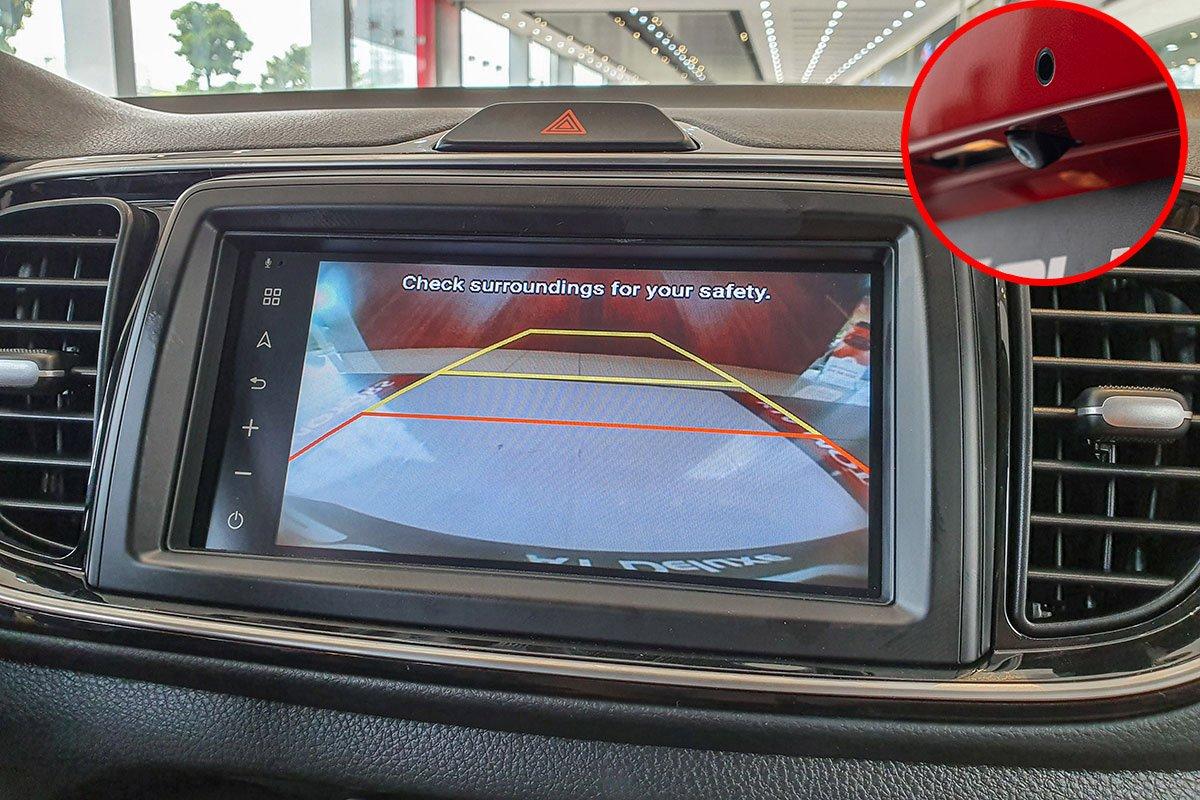 Đánh giá xe Kia Soluto 2019: Camera và cảm biến lùi là trang bị tiêu chuẩn.
