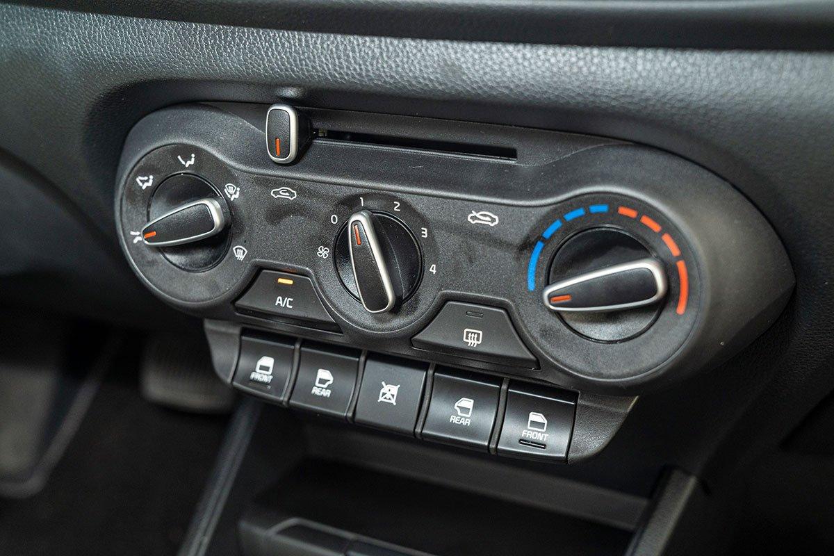 Đánh giá xe Kia Soluto 2019: Hệ thống điều hoà chỉnh cơ.