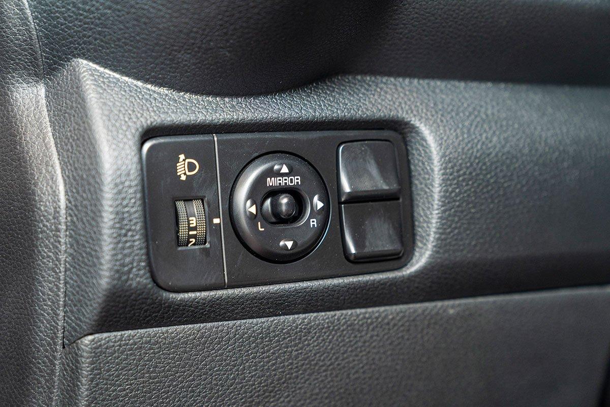 Đánh giá xe Kia Soluto 2019: Hệ thống chỉnh gương điện nhưng không có gập điện.