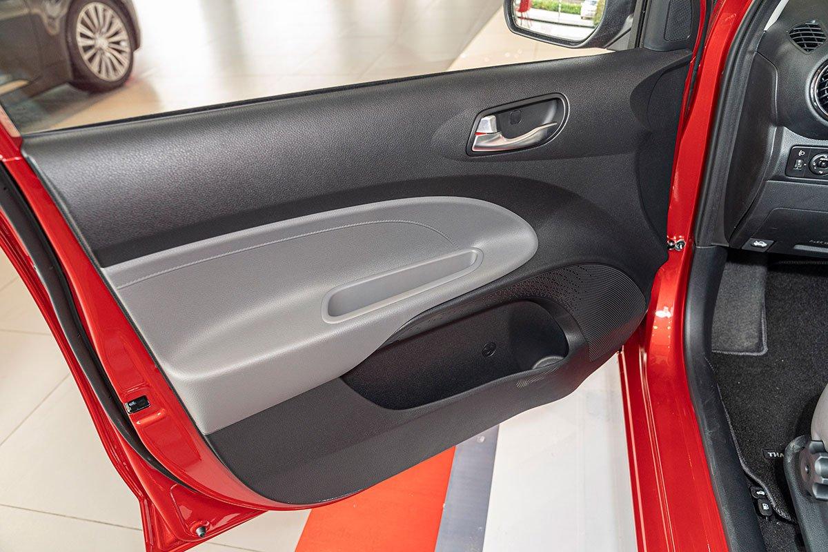 Đánh giá xe Kia Soluto 2019: Bên cánh cửa phía người lái không còn bất kỳ nút bấm nào.