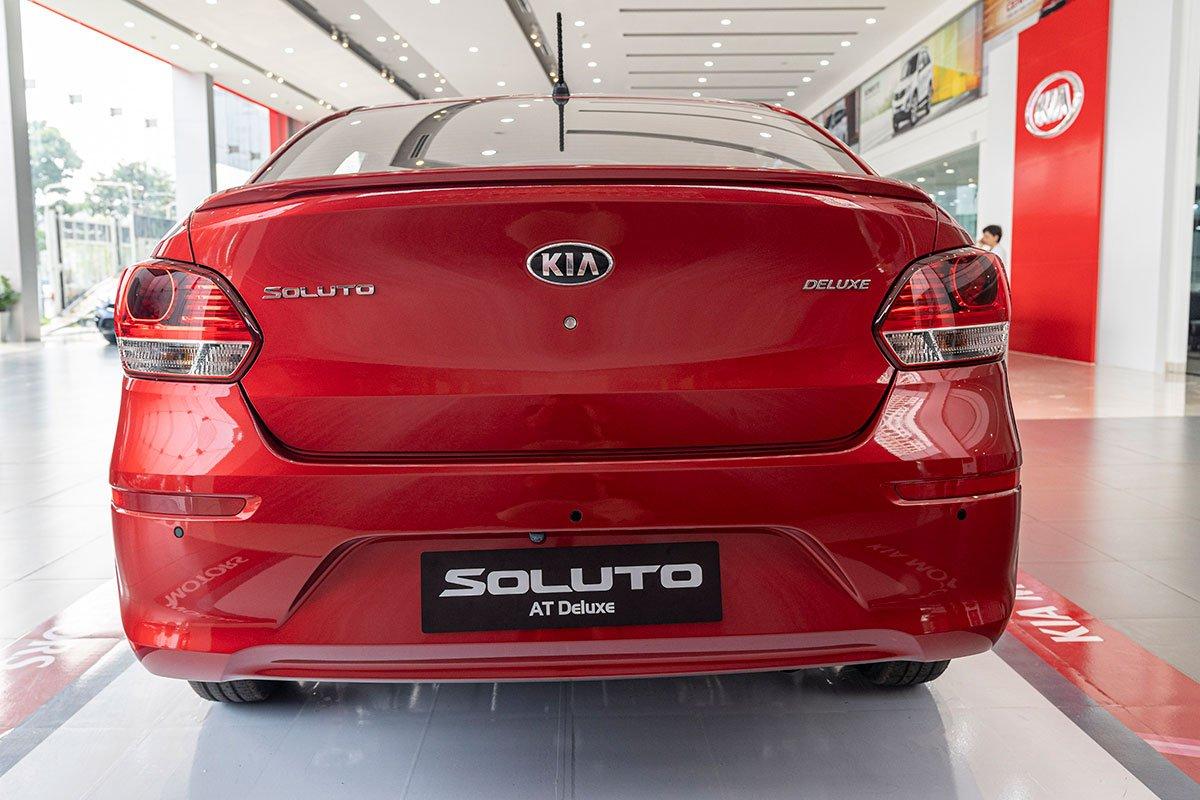 Đánh giá xe Kia Soluto 2019: Phần đuôi được thiết kế một cách tối giản các chi tiết.