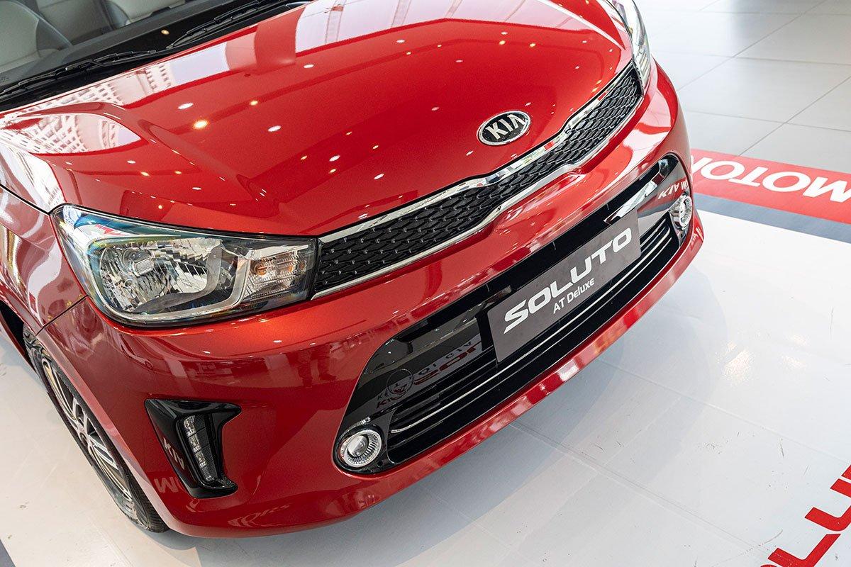 Đánh giá xe Kia Soluto 2019: Cụm đèn pha khá đơn điều nhưng rất may thiết kế của cụm đèn sương mù và đèn LED chiếu sáng ngày đã bù đắp lại điều này.