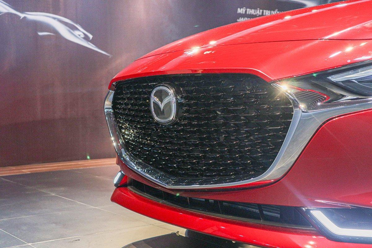 Đánh giá xe Mazda 3 2020 1.5L: Lưới tản nhiệt sử dụng các đường gạch đứt màu đen thay cho các thanh nan.
