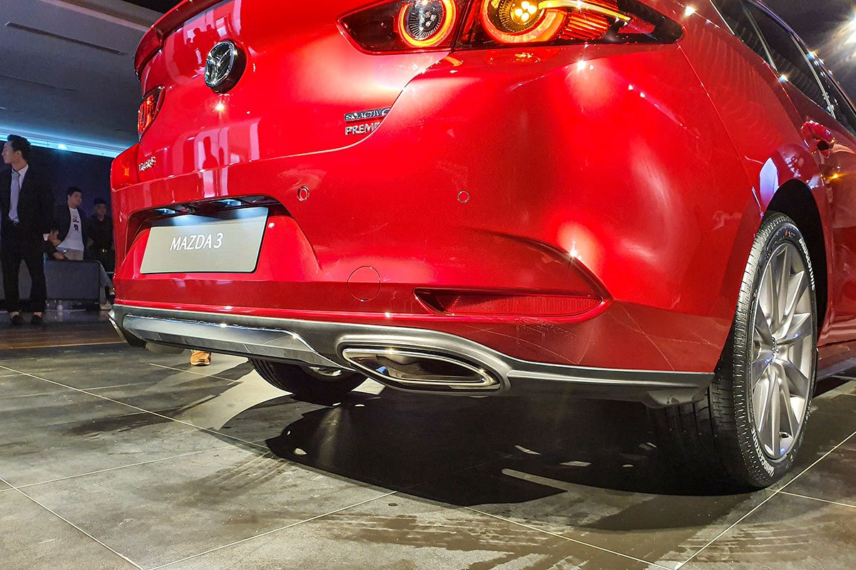 Đánh giá xe Mazda 3 2020 1.5L: Bộ ống xả hình ô van là một phụ kiện thay thế nếu khách hàng cần.