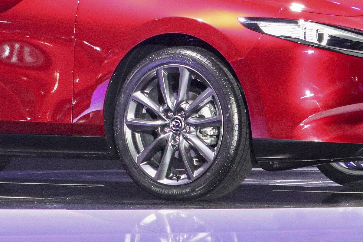 Đánh giá xe Mazda 3 Sport 2020 2.0L Premium: La-zăng 18 inch màu xám tiêu chuẩn.