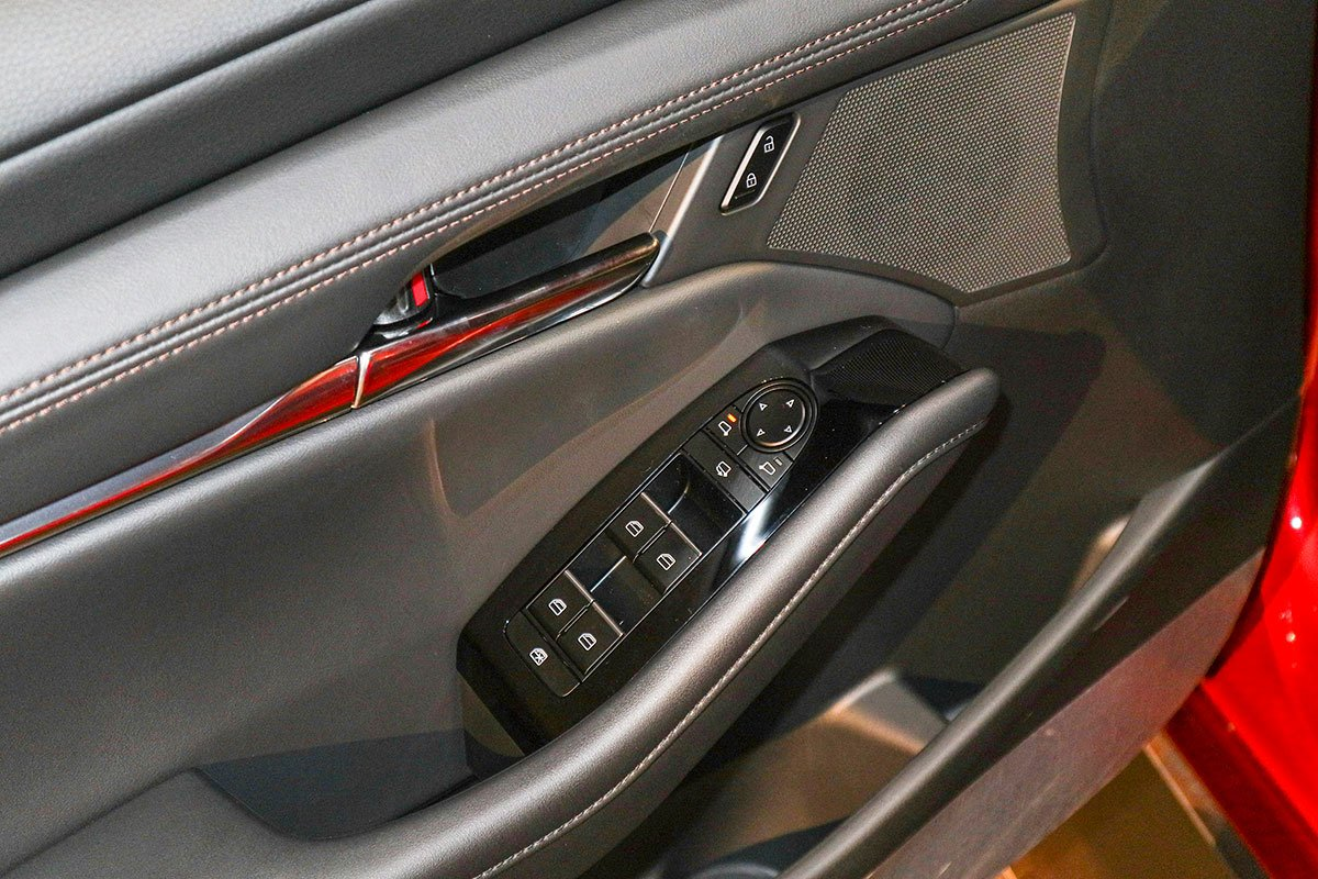 Đánh giá xe Mazda 3 Sport 2020 2.0L Premium: Cửa kính chỉnh điện tự động lên xuống cho 4 vị trí.