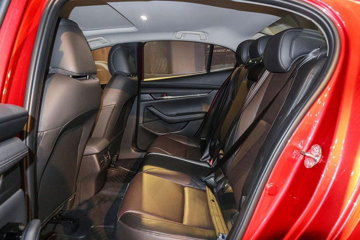 Đánh giá xe Mazda 3 Sport 2020 2.0L Premium: Hàng ghế sau chưa đủ rộng.