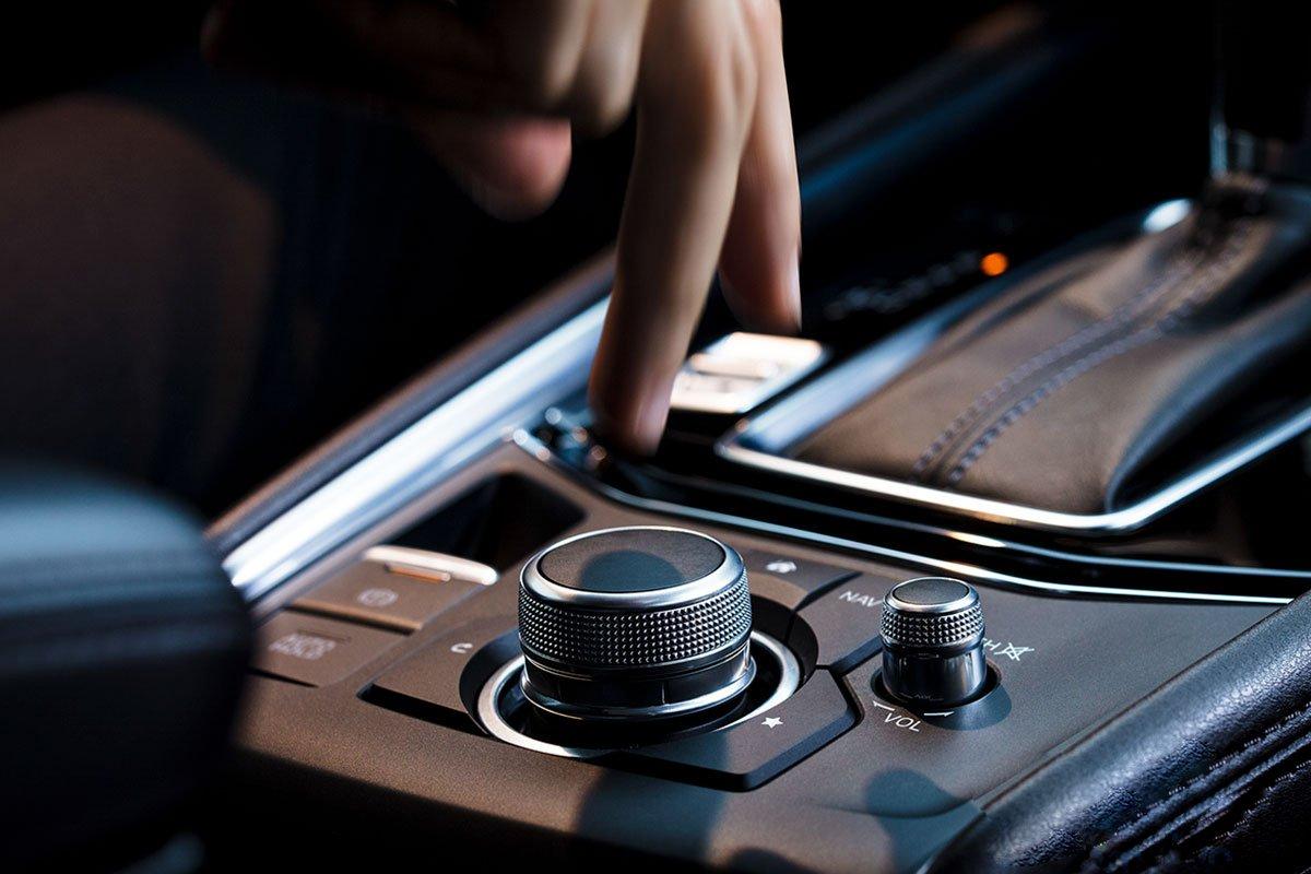 Đánh giá xe Mazda CX-5 2019: Hệ thống điều khiển có thể thao tác từ núm xoay cũng như từ màn hình cảm ứng.
