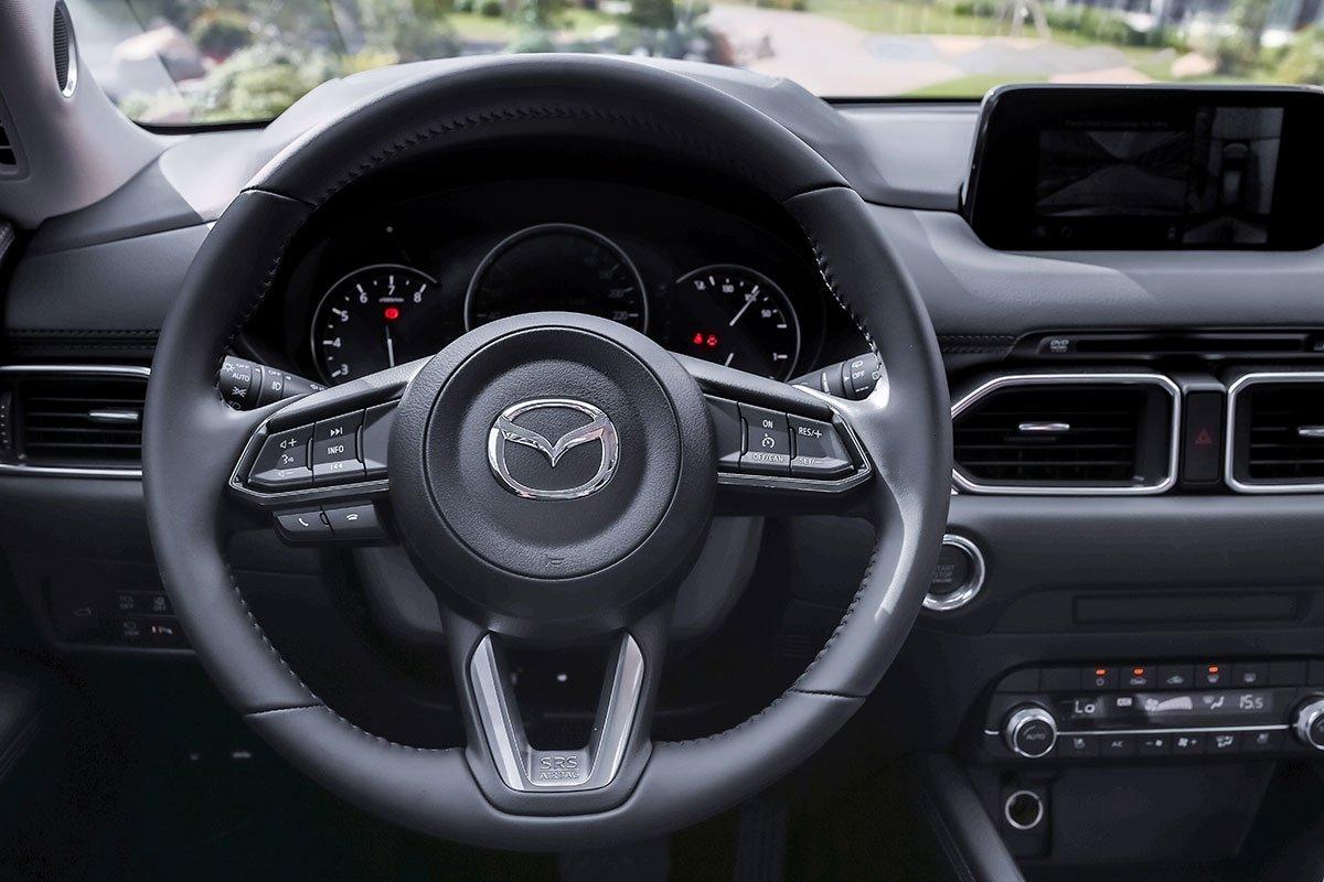 Đánh giá xe Mazda CX-5 2019: Vô-lăng thiết kế 3 chấu thể thao với nhiều nút bấm được tích hợp lên trên.