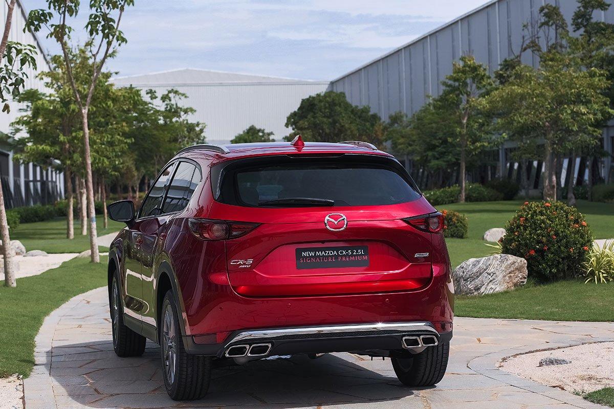 Đánh giá xe Mazda CX-5 2019: Cản sau được làm mới lại trông đẹp và cao cấp hơn.