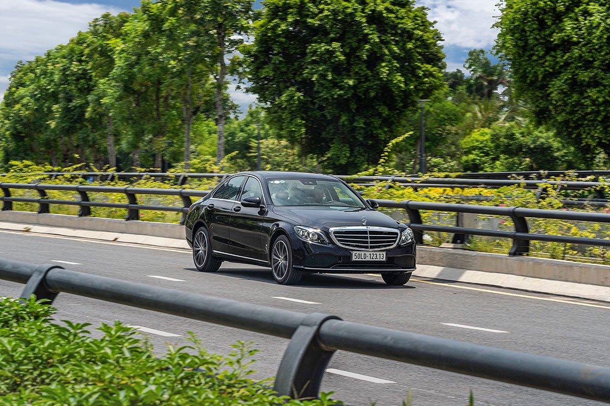 Đánh giá xe Mercedes-Benz C200 Exclusive 2019: Hệ thống treo mang đến cảm giác ổn định và chắc chắn.