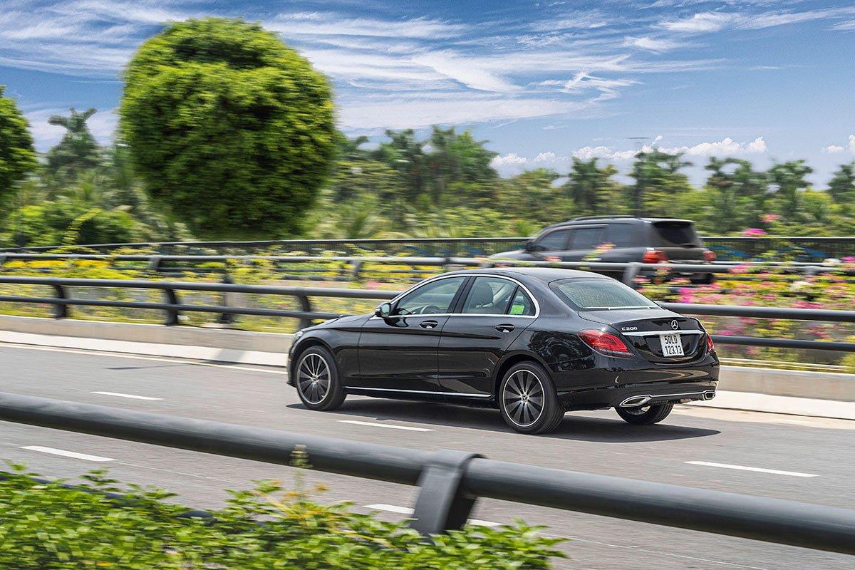 Đánh giá xe Mercedes-Benz C200 Exclusive 2019: Xử lý tay lái rất linh hoạt.