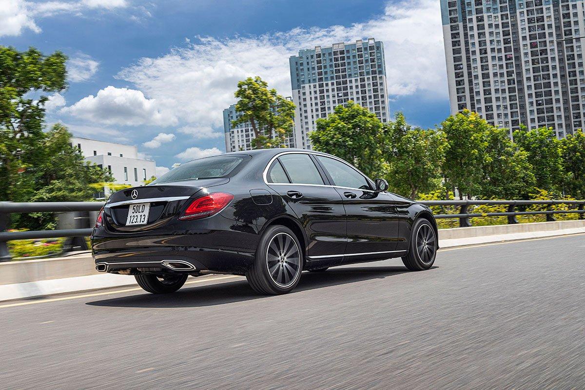 Đánh giá xe Mercedes-Benz C200 Exclusive 2019: Khả năng cách âm được đánh giá tốt.