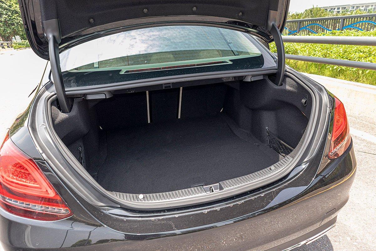 Đánh giá xe Mercedes-Benz C200 Exclusive 2019: Khoang hành lý.