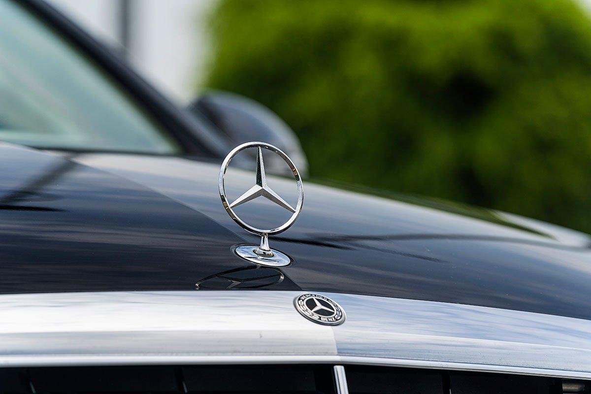 Đánh giá xe Mercedes-Benz C200 Exclusive 2019: Logo ngôi sao 3 cánh.