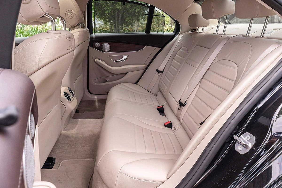 Đánh giá xe Mercedes-Benz C200 Exclusive 2019: Hàng ghế sau.