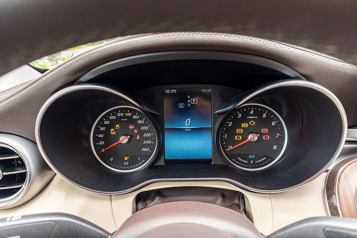 Đánh giá xe Mercedes-Benz C200 Exclusive 2019: Cụm đồng hồ.